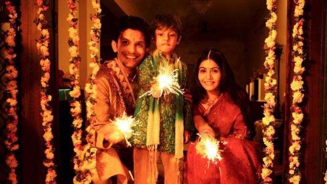 Hindus_Celebrating_Diwali-1024x576